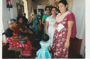 Patienten des Gesundheitscamps im Flur des Mount Rosary Hospitals
