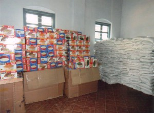 Weihnachtsgeschenke für die Familien der Patenkinder (2013: Reis und eine Thermosschüssel)