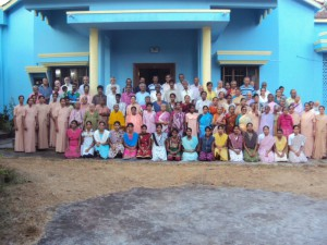 Einige der Bewohnerinnen und Bewohner der Einrichtungen von Mount Rosary vor der Kapelle