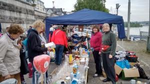 Ute Jung und Anne Rasche beim Trödelmarkt in Neuwied