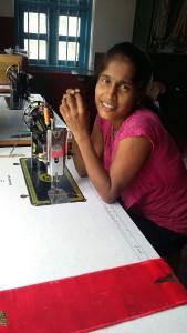 2015-07 Sandya beim Naehunterricht