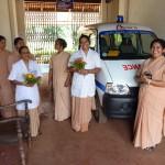 Die Schwestern des Mount Rosary Hospitals vor dem neuen Krankenwagen