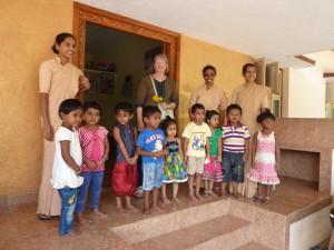 Die Kindergartenkinder von Nakre und die Schwestern begrüßen den Besuch aus Tönisberg