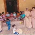 Die Schwestern Prescilla, Priya uns Shanti (v. r. n. l.) vor dem neuen Kindergarten in Nakre