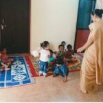 Schwester Priya mit der Gruppe der Kleinsten im Kindergarten Nakre