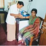 Schwester Olivia im Labor des Mount Rosary Hospitals