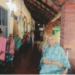 Hier feiert Pastor Pinto mit den Senioren/Seniorinnen die Messe