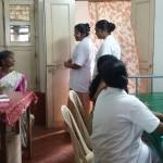 Dr. Grancy, Schwester Vanitha und Schwester Preethi in einem der Behandlungsräume