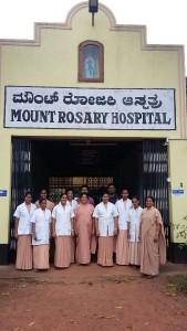 von links nach rechts: Schestern Prathista, Anni, Renita, Prema, Vanitha, Prescilla, Dr. Anoop, Schwester Mable, Dr. Vijay, Schwestern Olivia, Lilly und Roopa - Das Foto stammt von Schwester Celestine