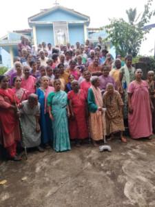 Einige der Bewohnerinnen und Bewohner der Einrichtungen von Mount Rosary mit ihren Betreuerinnen vor der Mount Rosary Kapelle